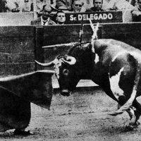 Julio Aparicio doblándose con el toro